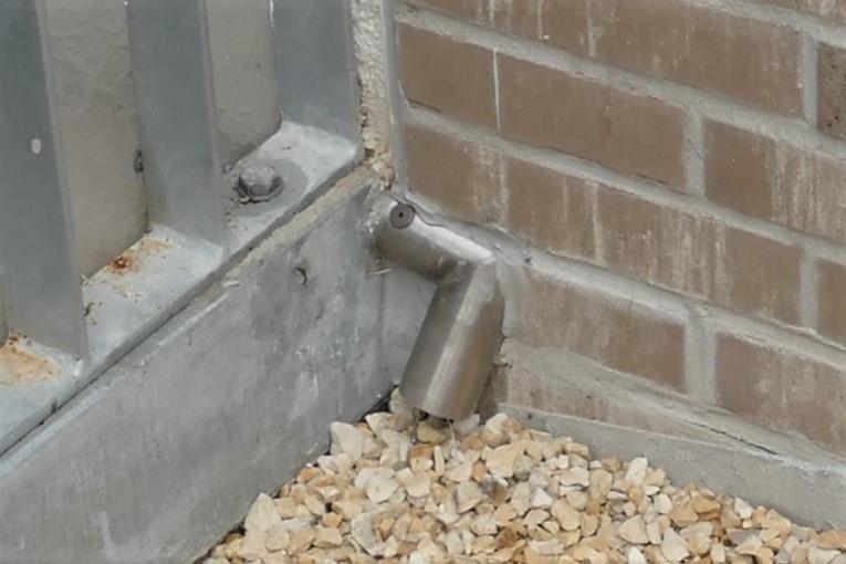 Die Spalte zwischen den Winkelrohren der Wasserspeier und den Klinkerriemchen der Fassade waren umlaufend mit Fugendichtstoff verfüllt.
