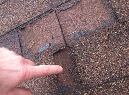 Bauschaden an einer Dacheindeckung aus Bitumenschindeln