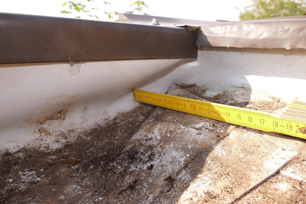 Fehlerhafter Randanschluss einer Kunststoffabdichtung auf einem Flachdach