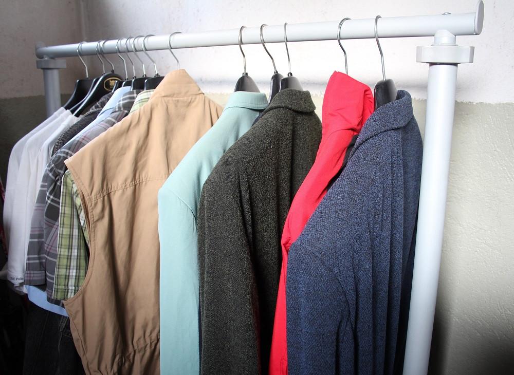 Kleider in einem Keller mit hohen Luftfeuchtigkeiten sind schimmelpilzgefährdet.