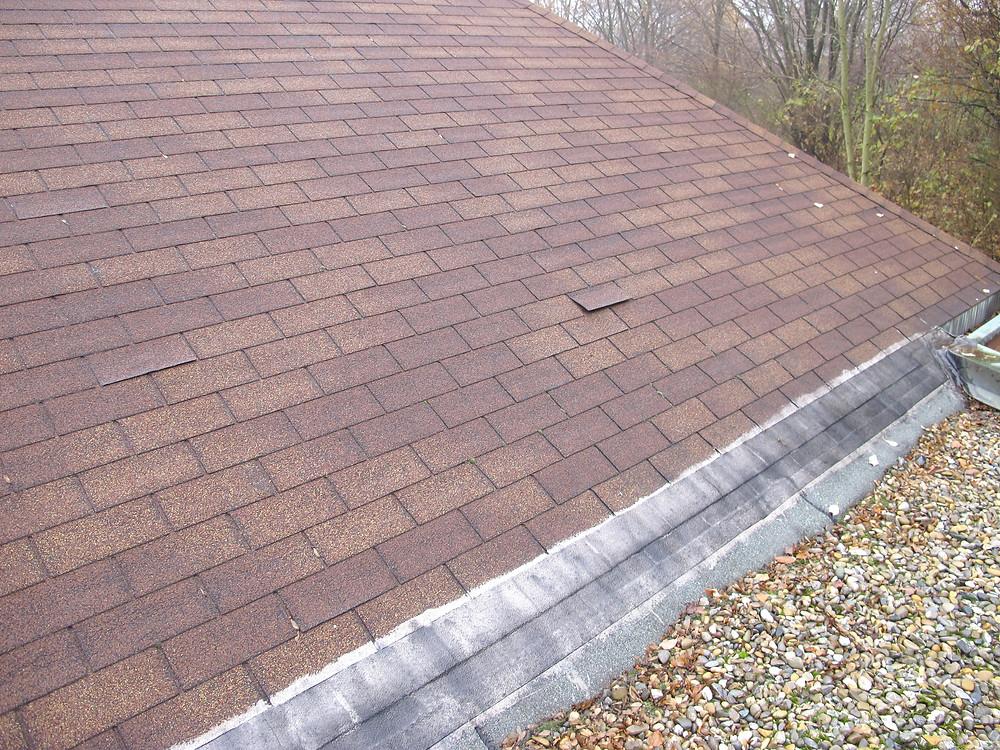 Anschluss des Flachdachs an das Dach mit Bitumenschindeln.