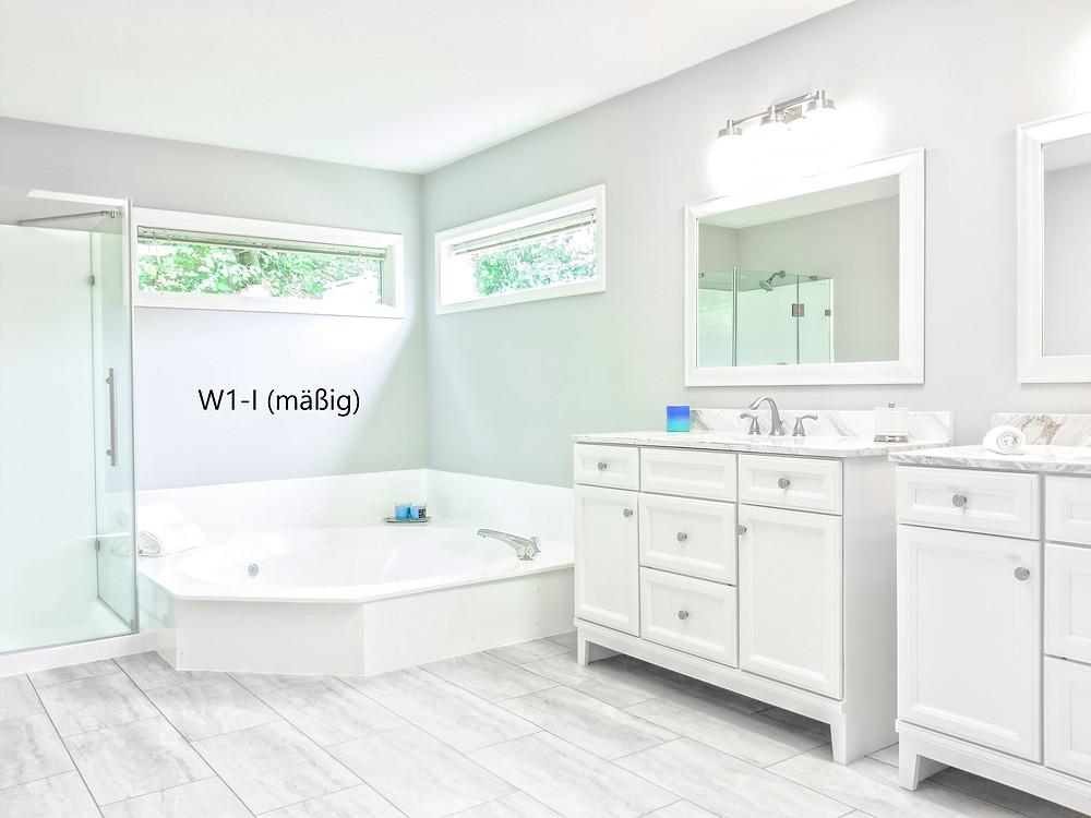 Häusliches Bad mit Badewanne ohne Brause und mit Duschtasse mit Duschabtrennung.