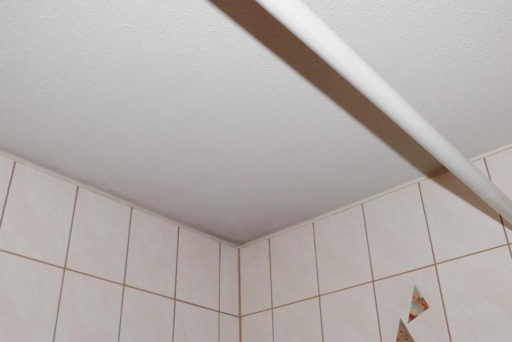 Schimmel an der Deckenwandkante des innenliegenden Badezimmers.