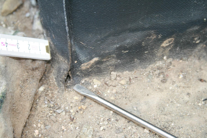 Loch in der Abdichtung einer Flachdachecke