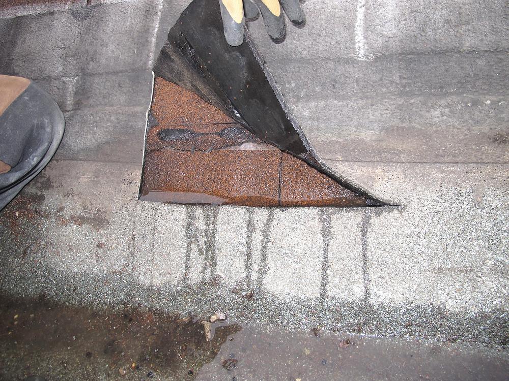 Zwischen Flachdachanschluss und Bitumenschindeln befand sich Wasser.
