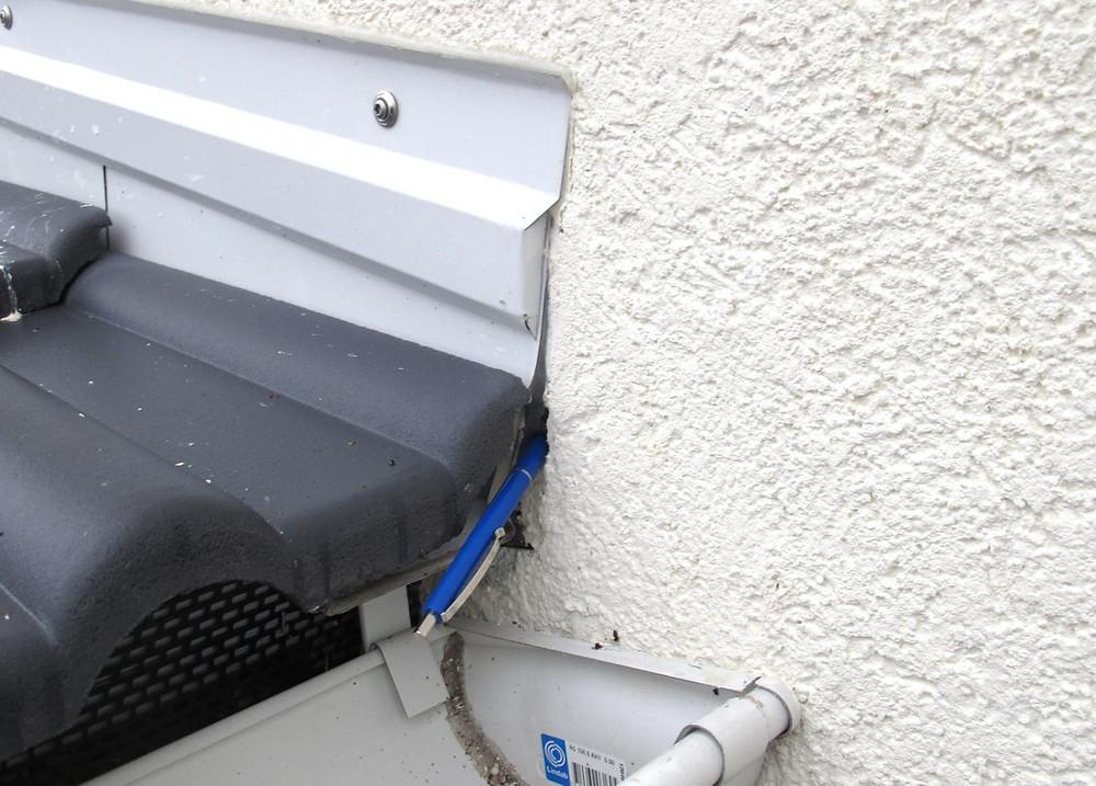 Undichtigkeit am Anschluss eines Schrägdaches an ein Wärmedämm-Verbundsystem: Es lag ein offener Spalt am Anschluss des Putzes an das Blechprofil vor.