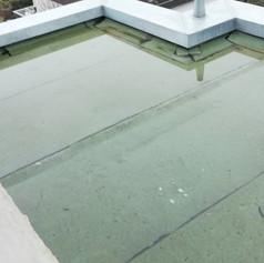 Stehendes Wasser auf einem Flachdach