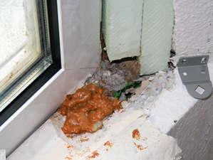 Fehlerhafter Fensteranschluss mit Ortschaum