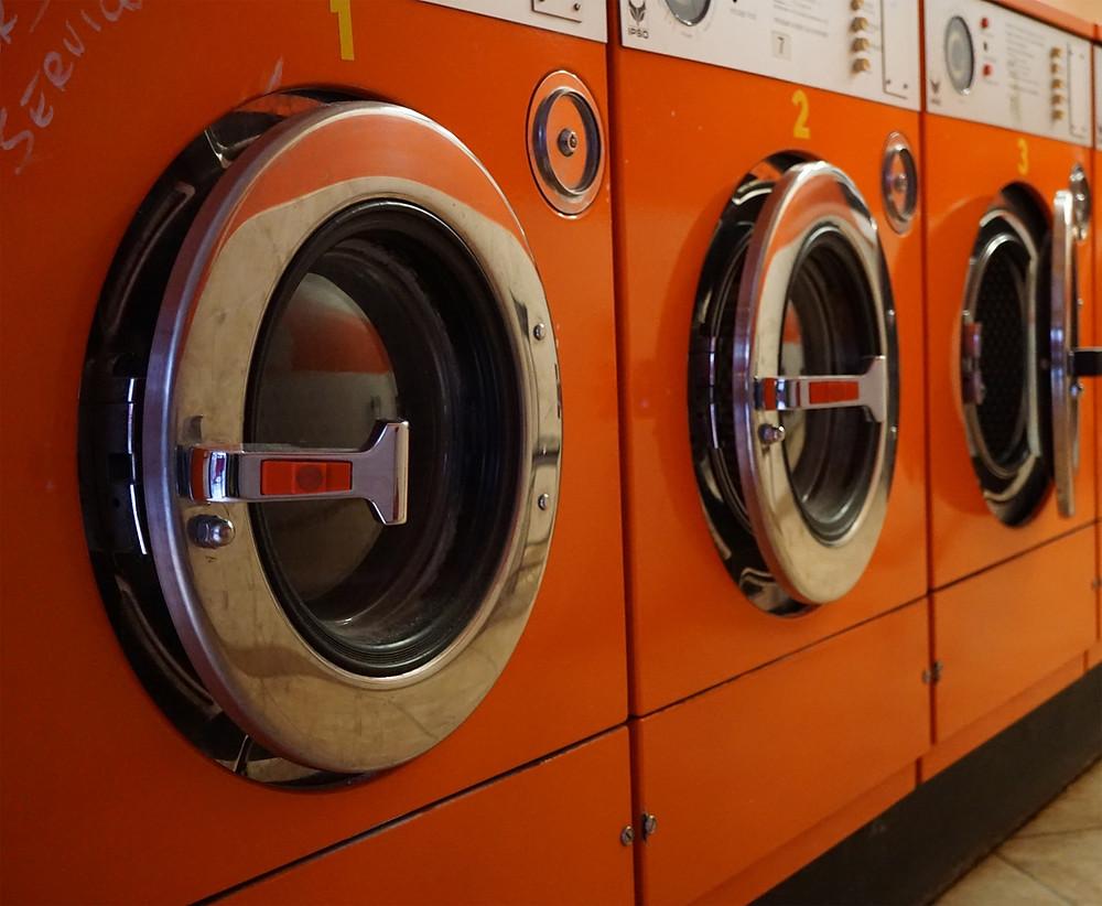 Waschmaschinenraum mit Fliesenbelag
