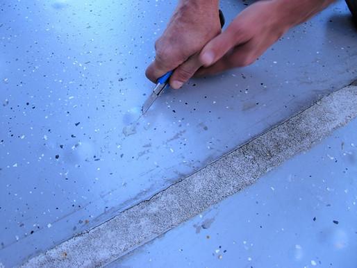 Blasenbildung in einem elastischen Bodenbelag aufgrund nachstoßender Feuchte aus dem Beton: