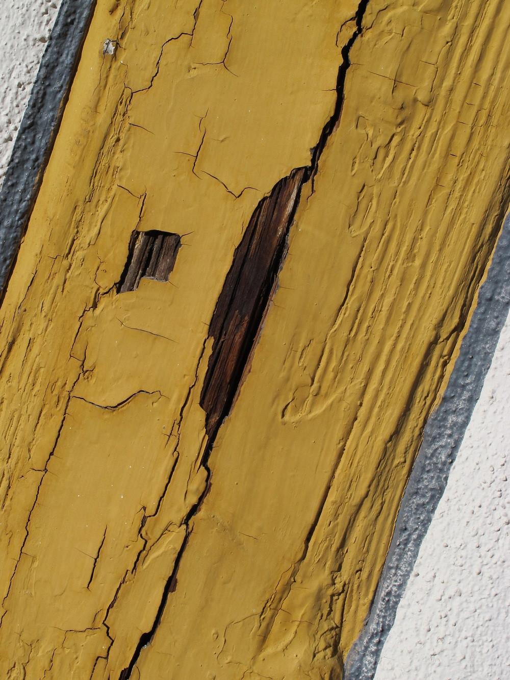Anstrichschaden auf einem Fachwerkholz