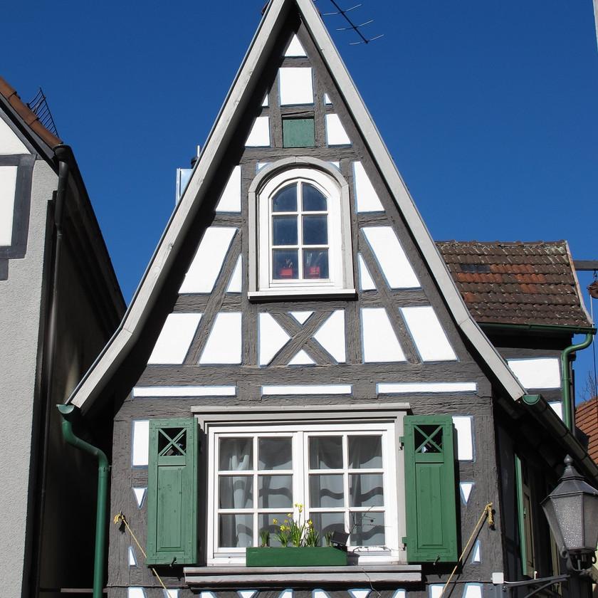 Fachwerkfassade an einem einfachen Gebäude