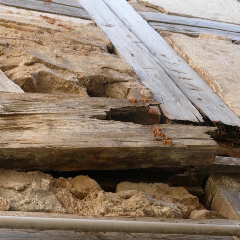 Schäden an einer Fachwerkfassadean den Gefachen einer Fassade aus Holzfachwerk