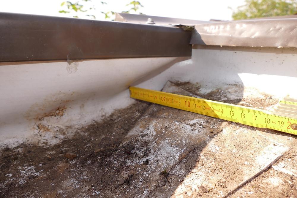Die Kunststoffabdichtung wies am Anschluss an die Dachränder, insbesondere im Eckbereich, Faltenbildungen auf.