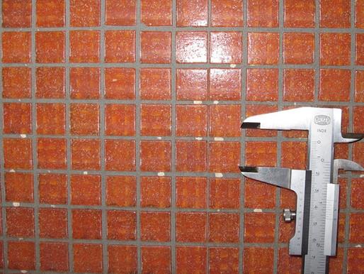 Schäden an einem Mosaikfliesenbelag in Duschräumen