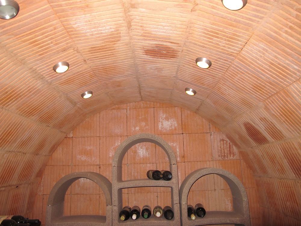 Zur Weinlagerung in einem Keller sind hohe Luftfeuchtigkeiten und gleichmäßig kühle Temperaturen günstig.