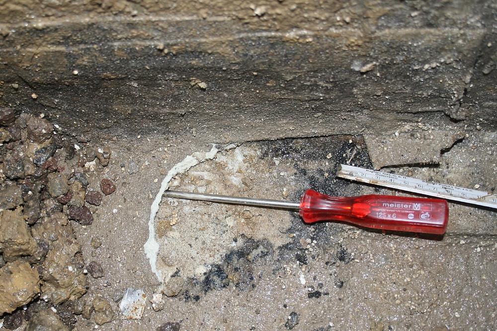DDie Fugenabdichtung aus Flüssigkunststoff löste sich von der Decke.