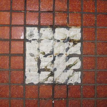 Abplatzungen an Mosaikfliesenbelag in ei