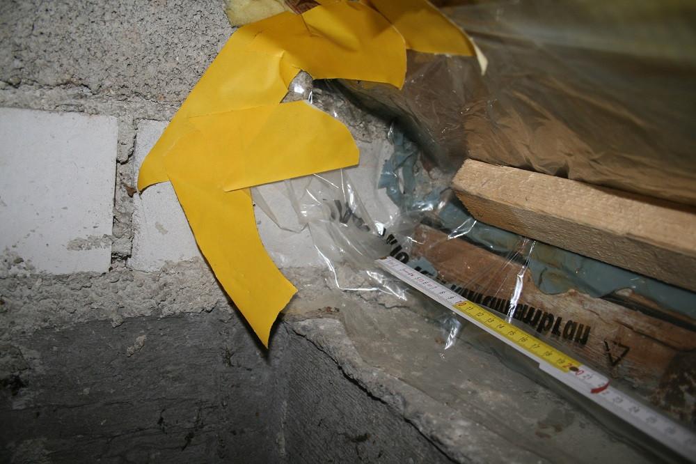 Undichtheit am Anschluss einer Dampfsperre im Schrägdach an eine Wand