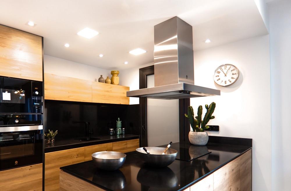 Räume mit hoher Feuchteproduktion müssen über Fenster oder z. B. einen Dunstabzug nach außen gelüftet werden