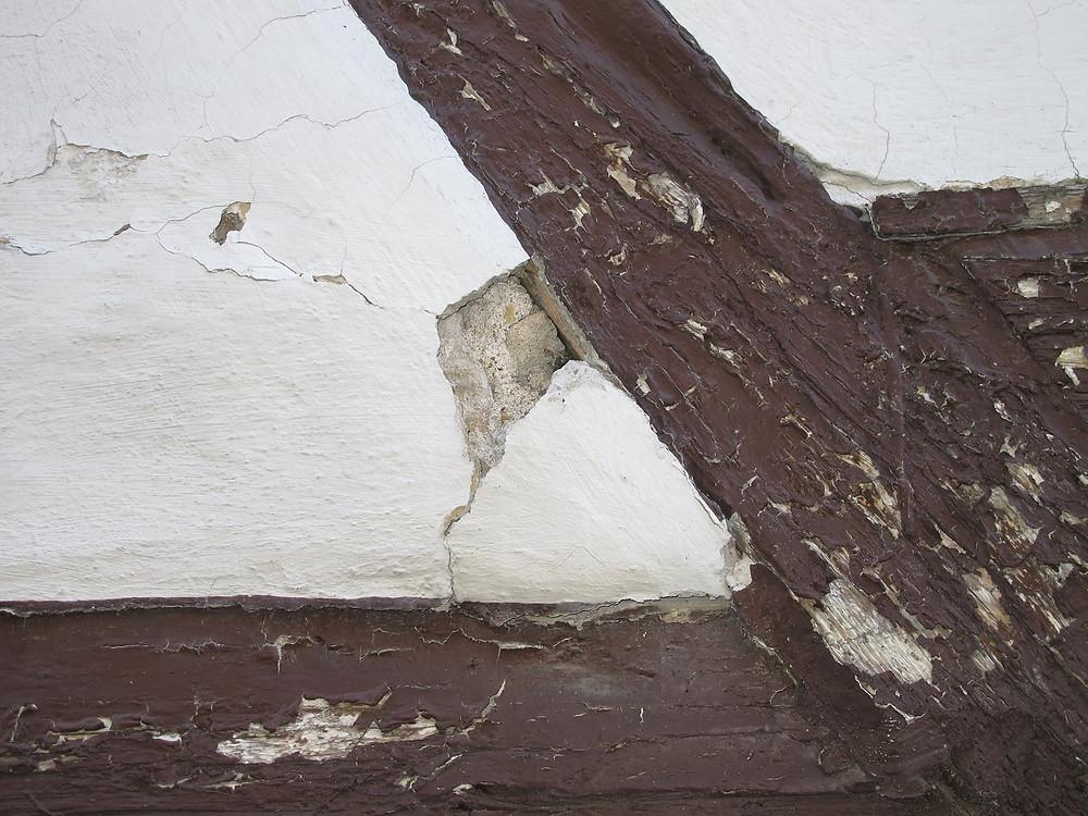 Schäden an Gefach und Holz eines Fachwerks