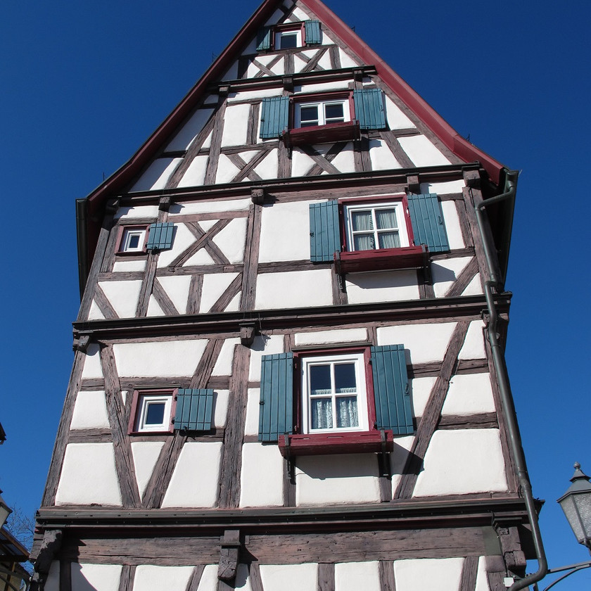 Einzelstehendes Haus mit Fachwerkfassade