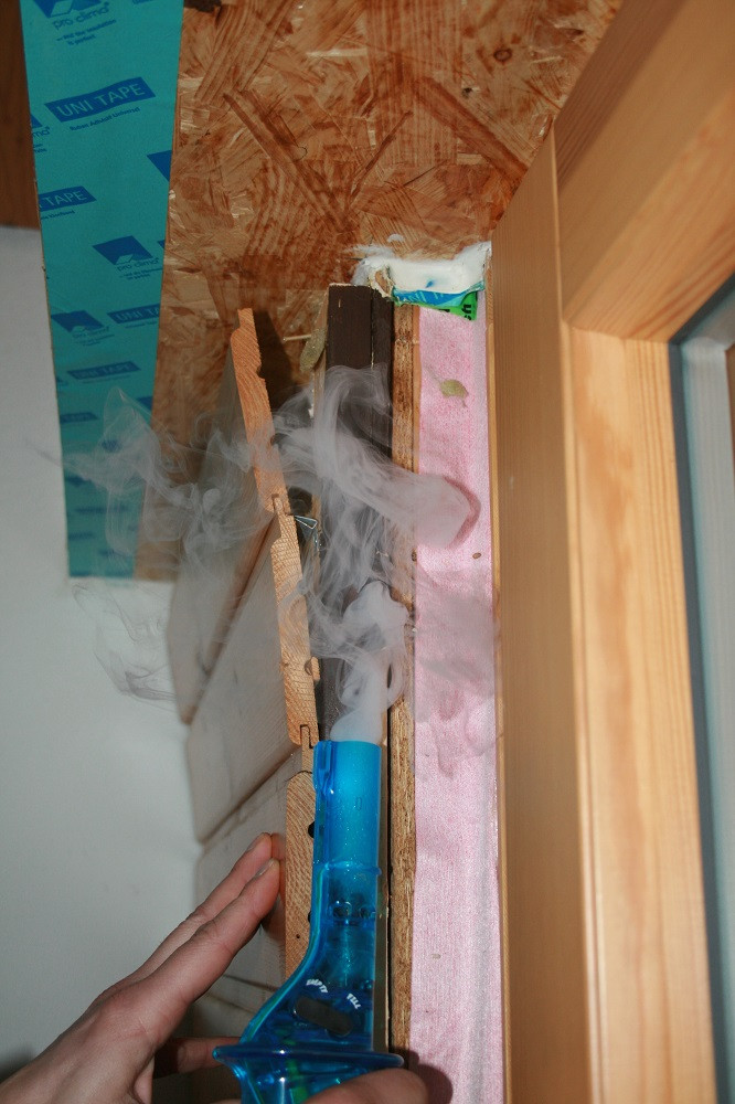 Untersuchung von Leckagen an einer Wand mit Rauch