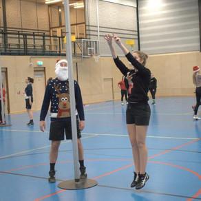 Jaarlijkse kerstkoppelschiet-toernooi sv Conventus: met de kerstmuts op in de sporthal