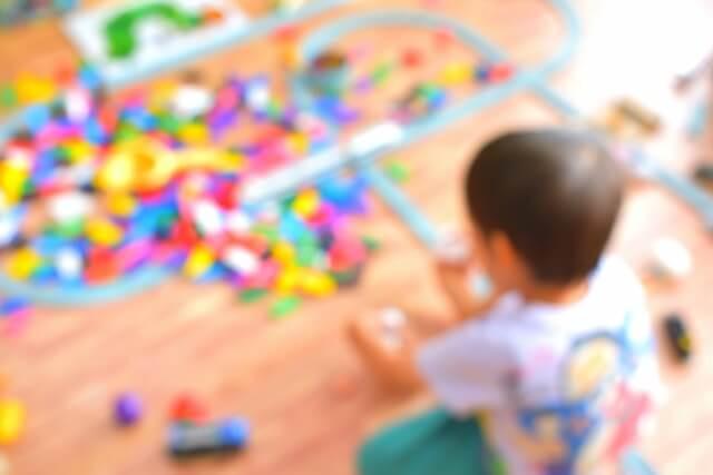 おもちゃを散らかして遊ぶ子ども