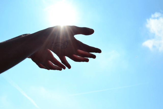 両手に太陽の光