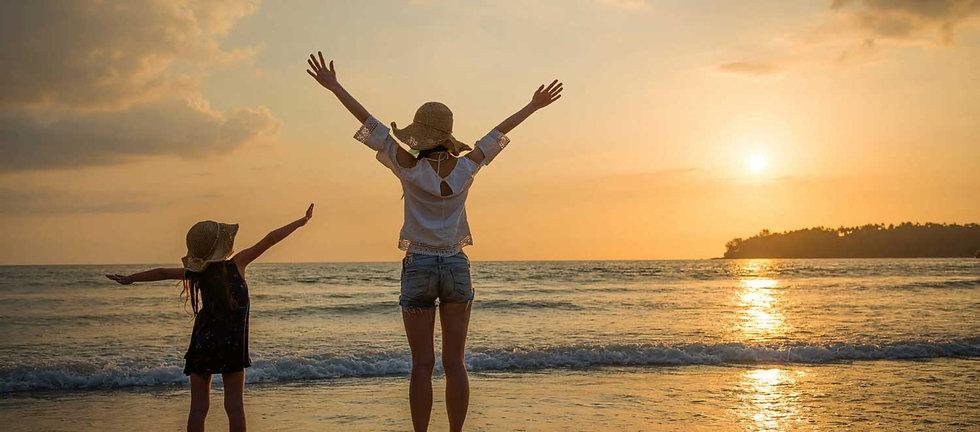 親子留学、お母さんと子供が海を見ている