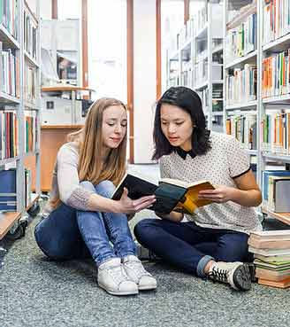 図書館にいる生徒たち