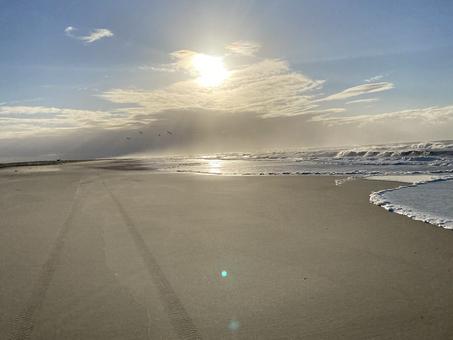 O amor refletido na travessia de uma praia deserta