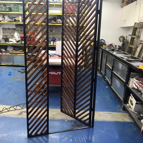 שער כניסה בשילוב ברזל ועץ