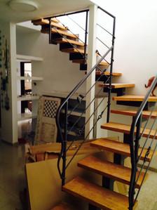 מדרגות בשילוב ברזל ועץ