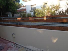 גדר חיצונית בשילוב ברזל ועץ