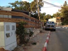 גדר בשילוב ברזל ועץ