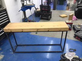 שולחן בשילוב ברזל ועץ