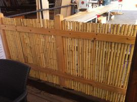גדר עץ ובמבוק