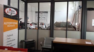 Accettazione officina con vista vetture e centro revisione