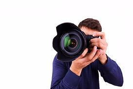chelovechek-kamera-belyj-fon-ruki-fotogr