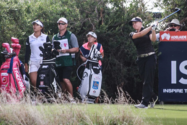 Henderson tees off on 18 as World No.1 Lydia Ko watches on. Photo Credit: Andrew Spence