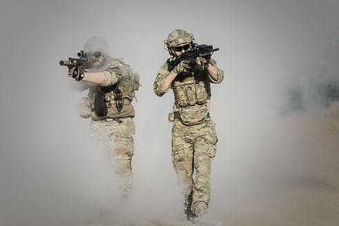 Soldados com armas