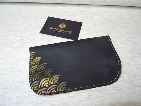 Blague à Tabac cuir noir motif Seigaiha doré