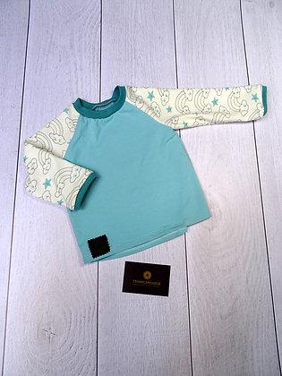 T-shirt bébé arc-en-ciel qui se colore au soleil bleu ciel
