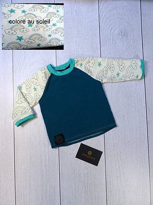 T-shirt bébé arc-en-ciel qui se colore au soleil