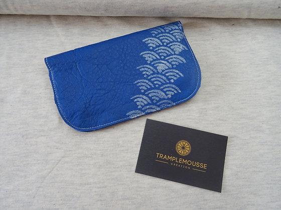 Blague à Tabac motif Seigaiha bleue électrique
