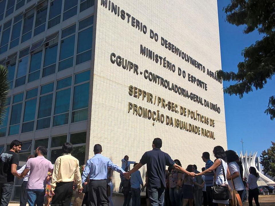 """Manifestantes promoveram um """"abraço"""" no entorno da sede do órgão."""