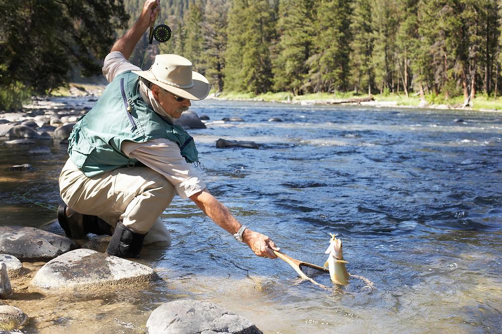 Man fångar en fisk.
