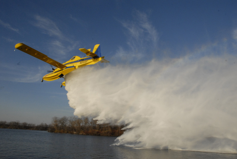 AT-802F becomes the Fire Boss Scooper Air Tanker, able to land on and scoop water from lakes, rivers or reservoirs